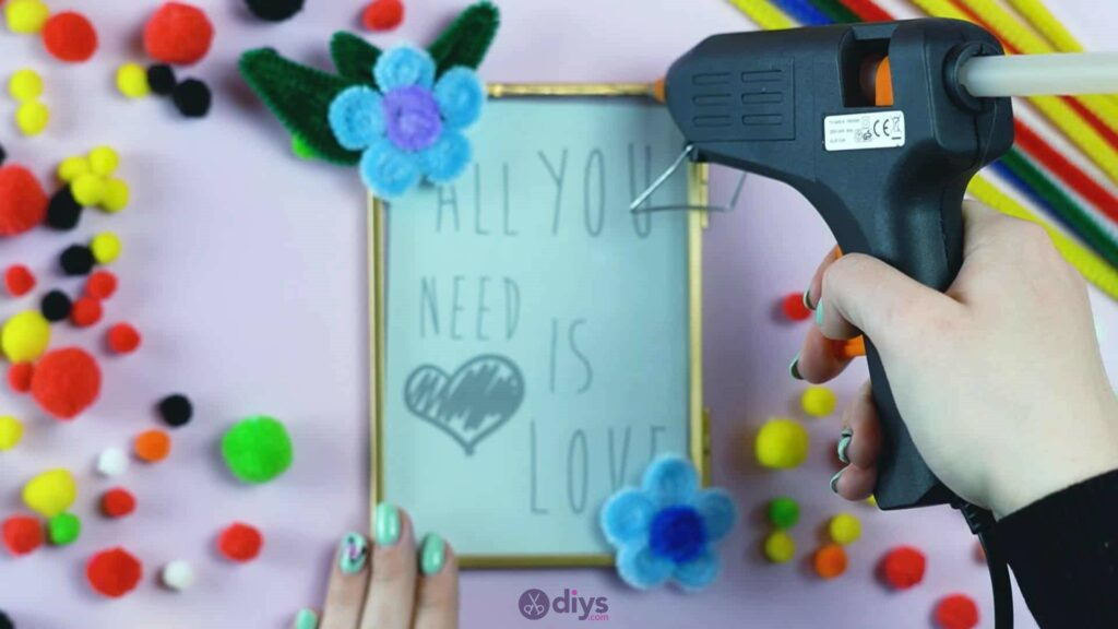 Pipe cleaner photo frame decoration step 11
