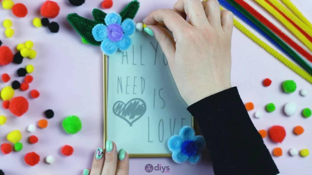 Pipe cleaner photo frame decoration step 11a