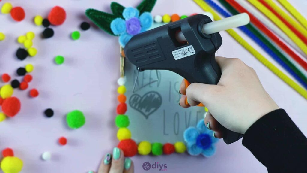 Pipe cleaner photo frame decoration step 11e