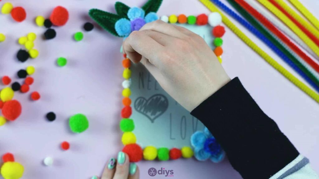 Pipe cleaner photo frame decoration step 11f