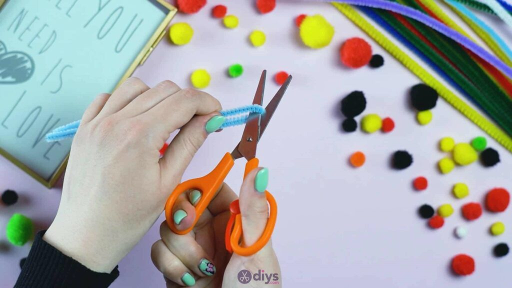 Pipe cleaner photo frame decoration step 1b