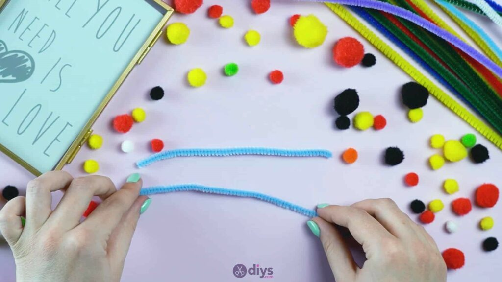 Pipe cleaner photo frame decoration step 1c