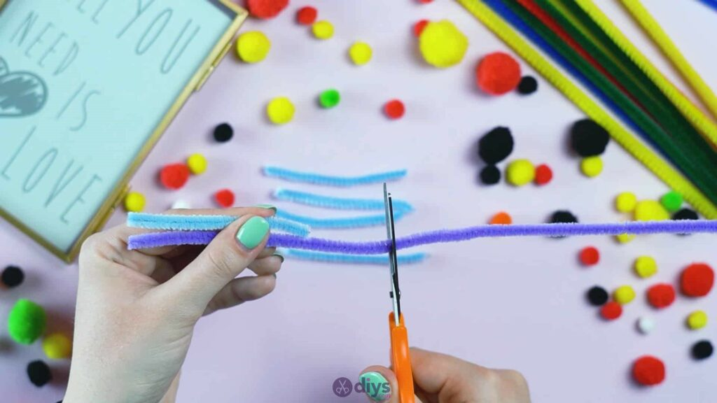 Pipe cleaner photo frame decoration step 4b