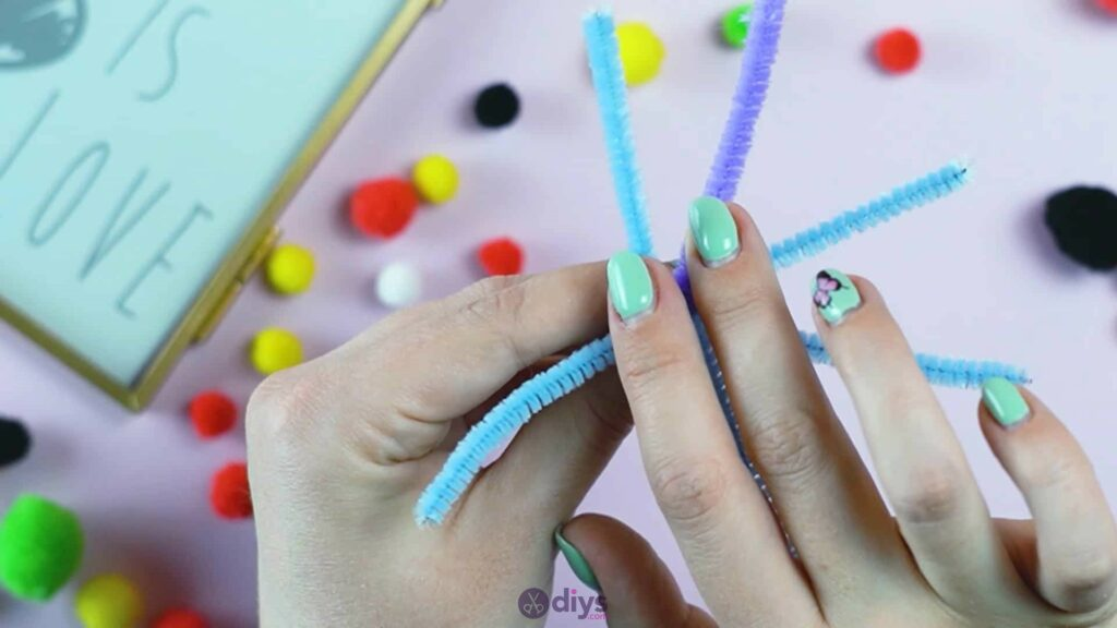 Pipe cleaner photo frame decoration step 6b