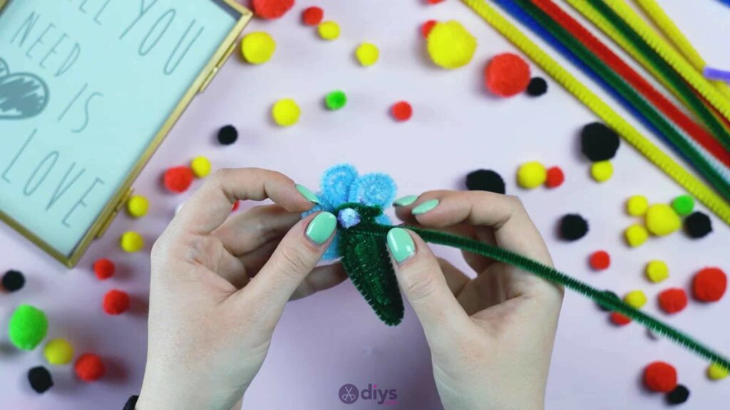 Pipe cleaner photo frame decoration step 8