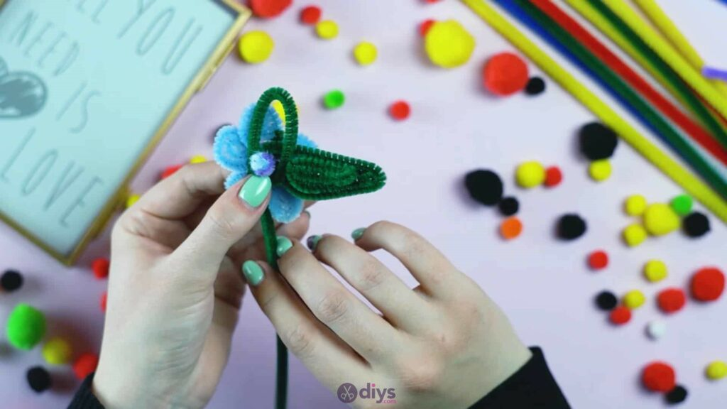 Pipe cleaner photo frame decoration step 8a