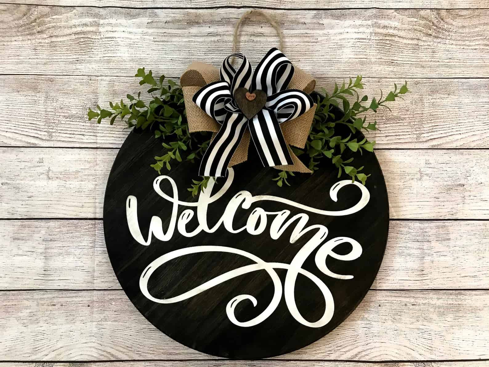 Round cottage style welcome sign
