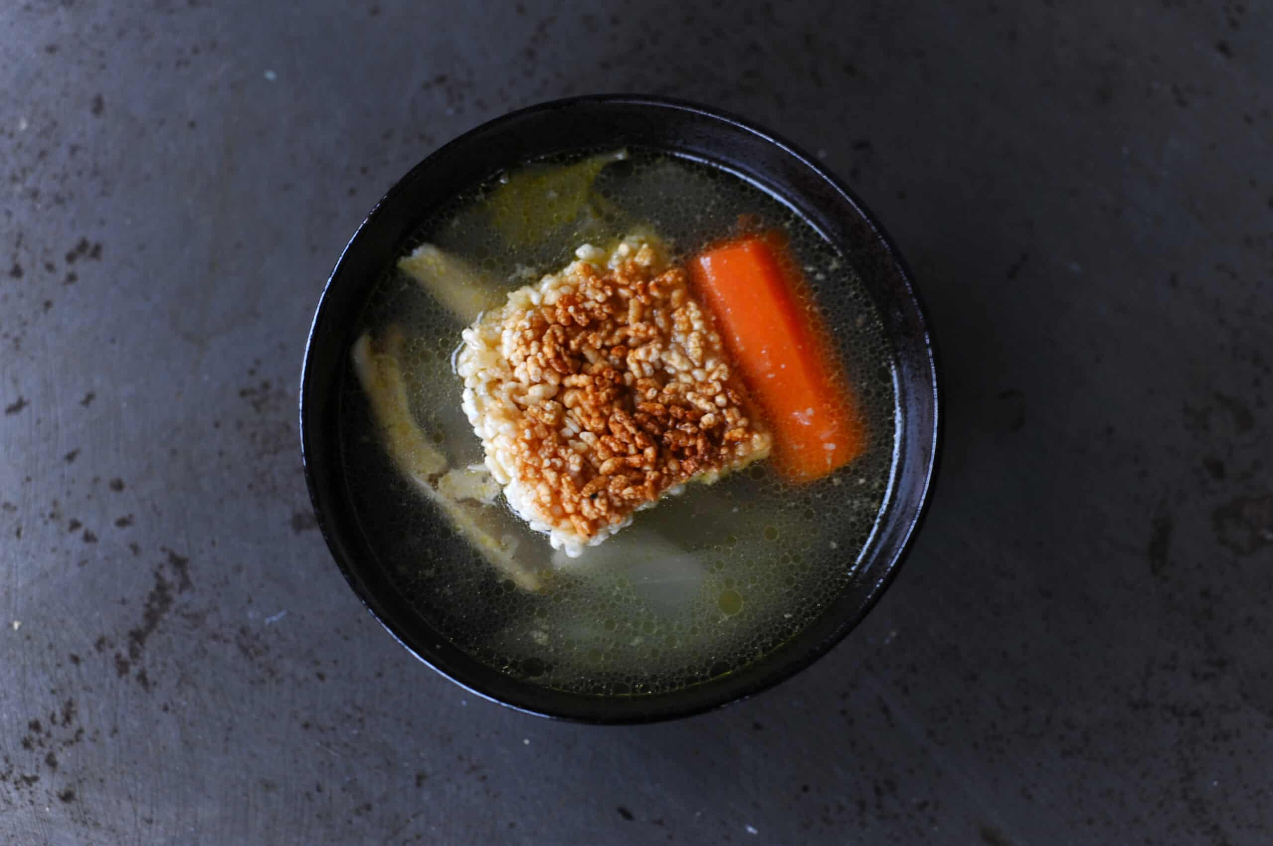 Chicken soup with sizzling rice cakes