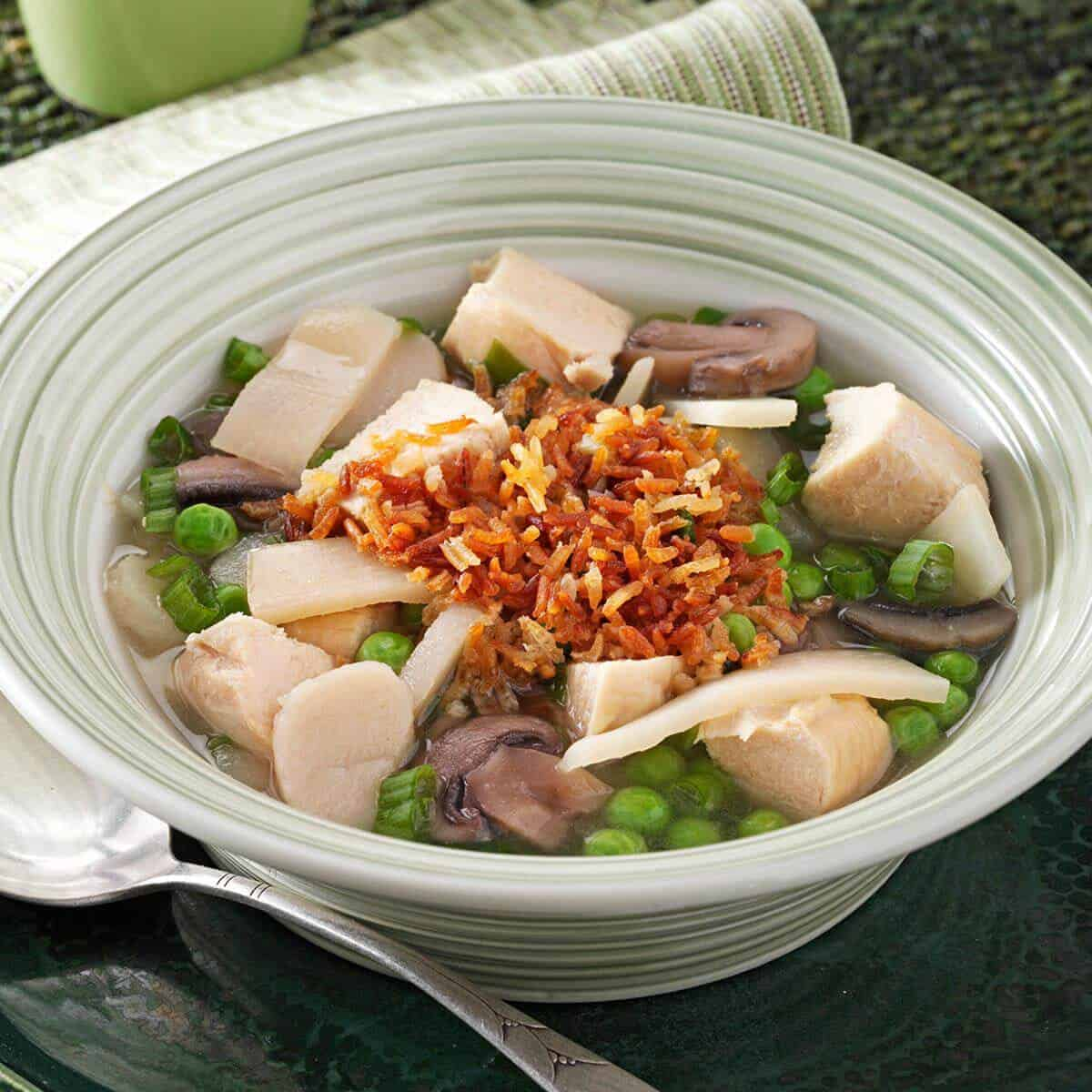 Sizzling rice soup with chicken, mushrooms, bamboo shoots, water chestnuts and peas