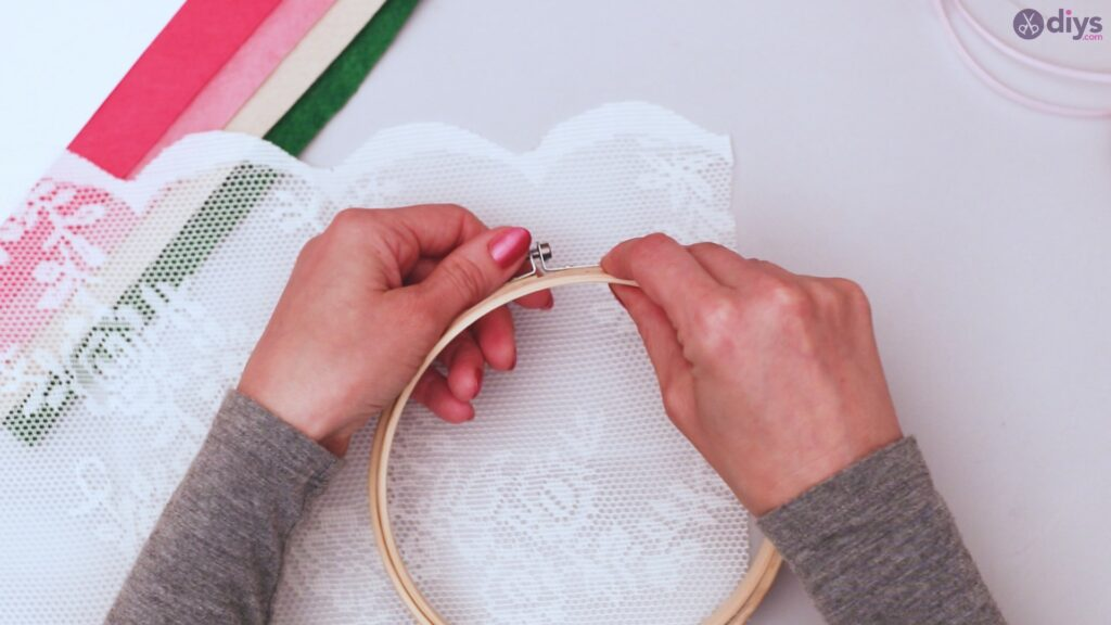 Diy embroidery hoop wall decor tutorial step by step (1)