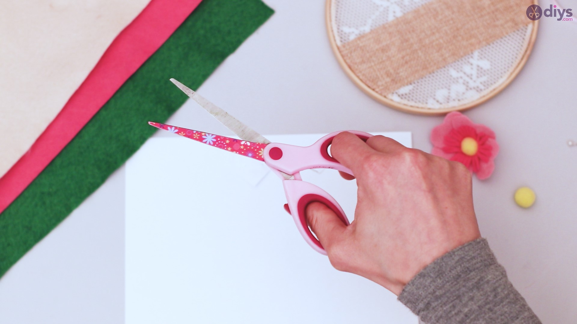 Diy embroidery hoop wall decor tutorial step by step (31)