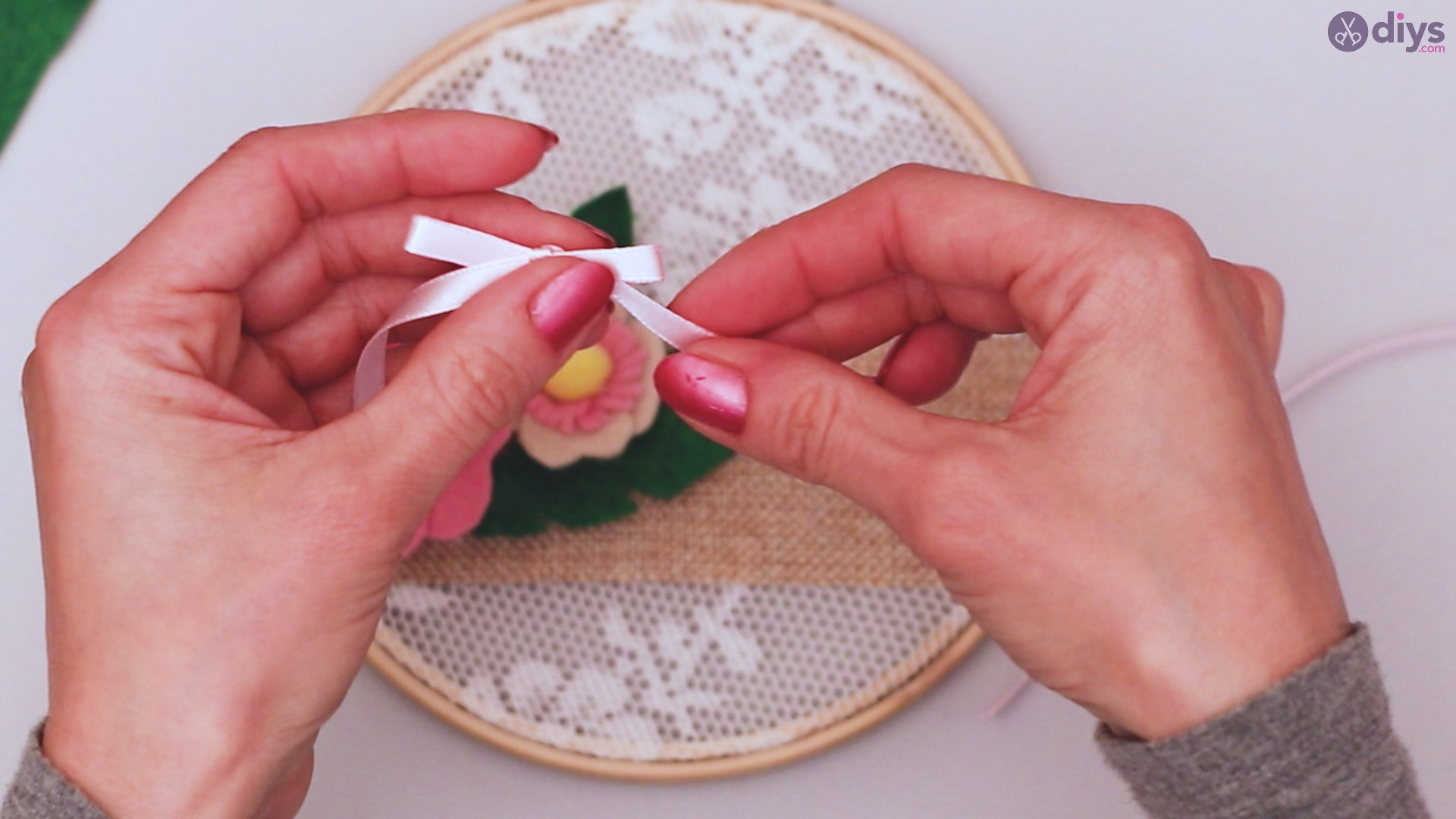 Diy embroidery hoop wall decor tutorial step by step (68)