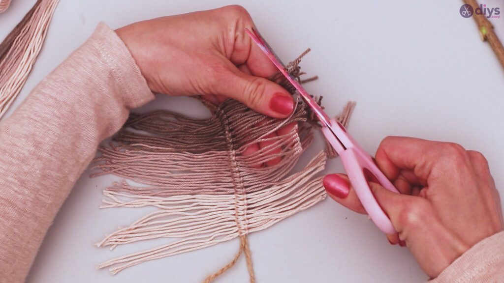 Diy yarn leaf wall decor tutorial (26)