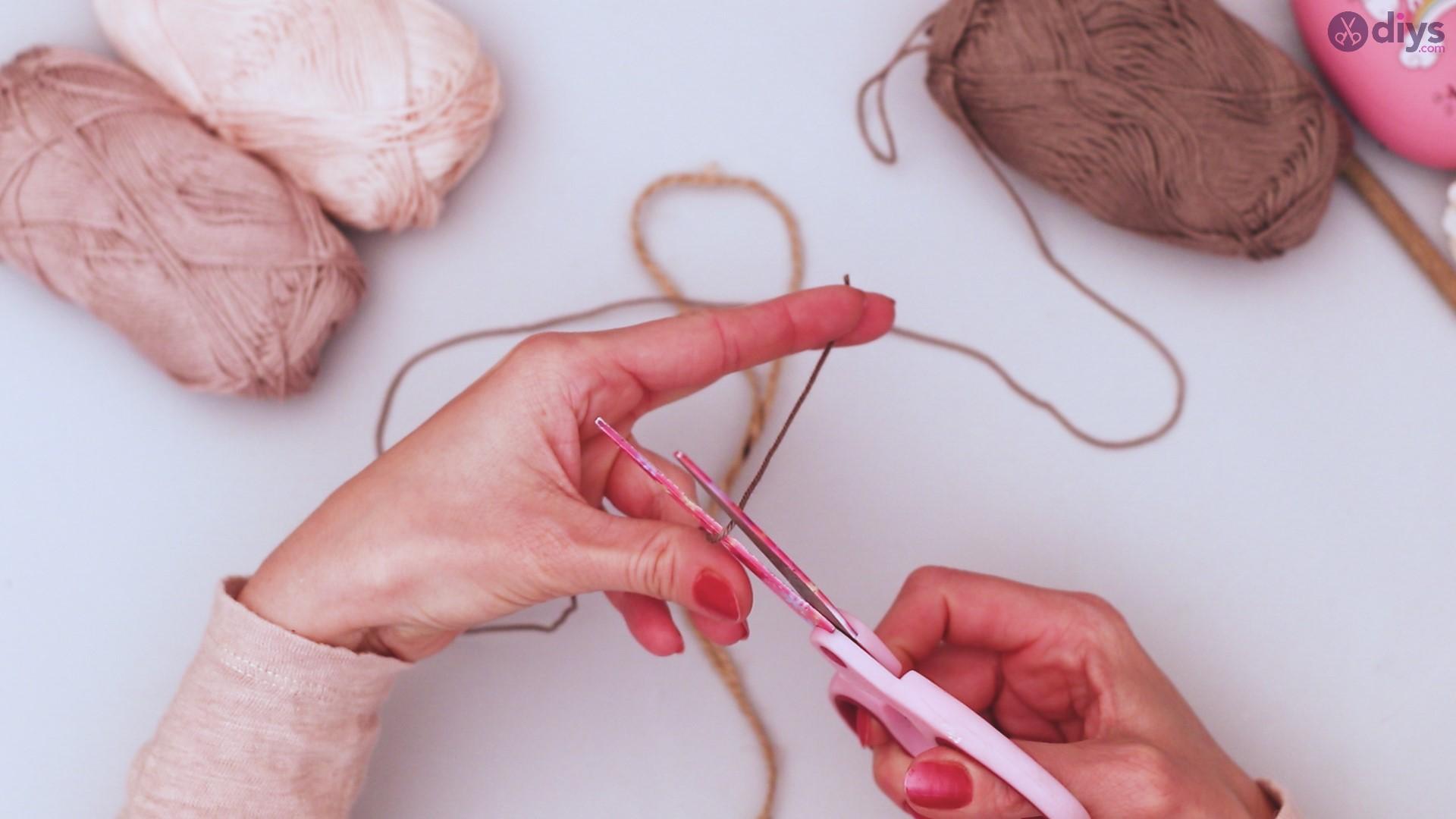 Diy yarn leaf wall decor tutorial (4)