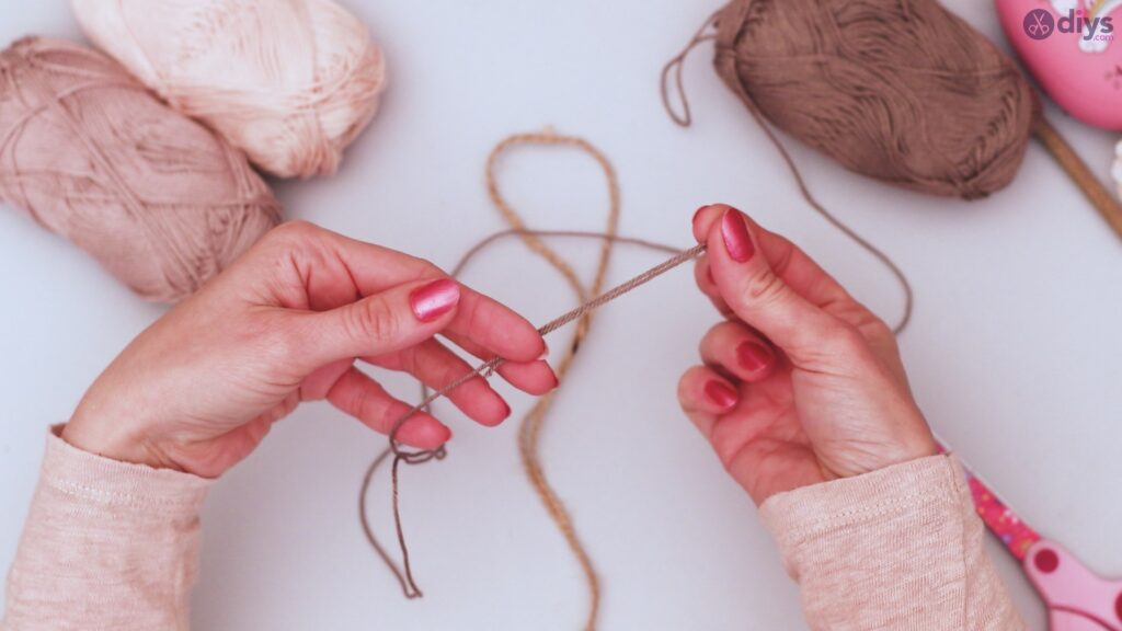 Diy yarn leaf wall decor tutorial (5)