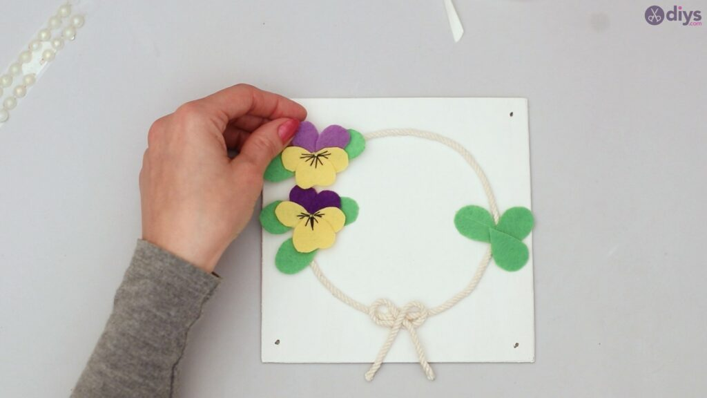 Felt pansy wall decor (50)