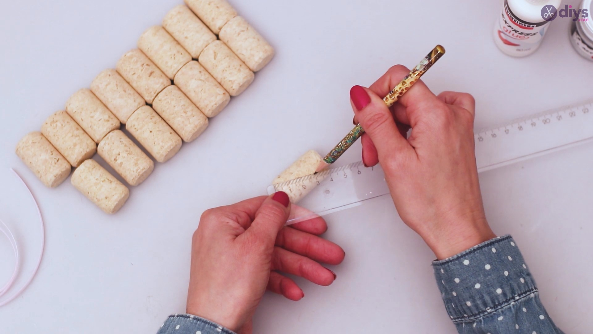 Wine cork mobile phone holder (3)