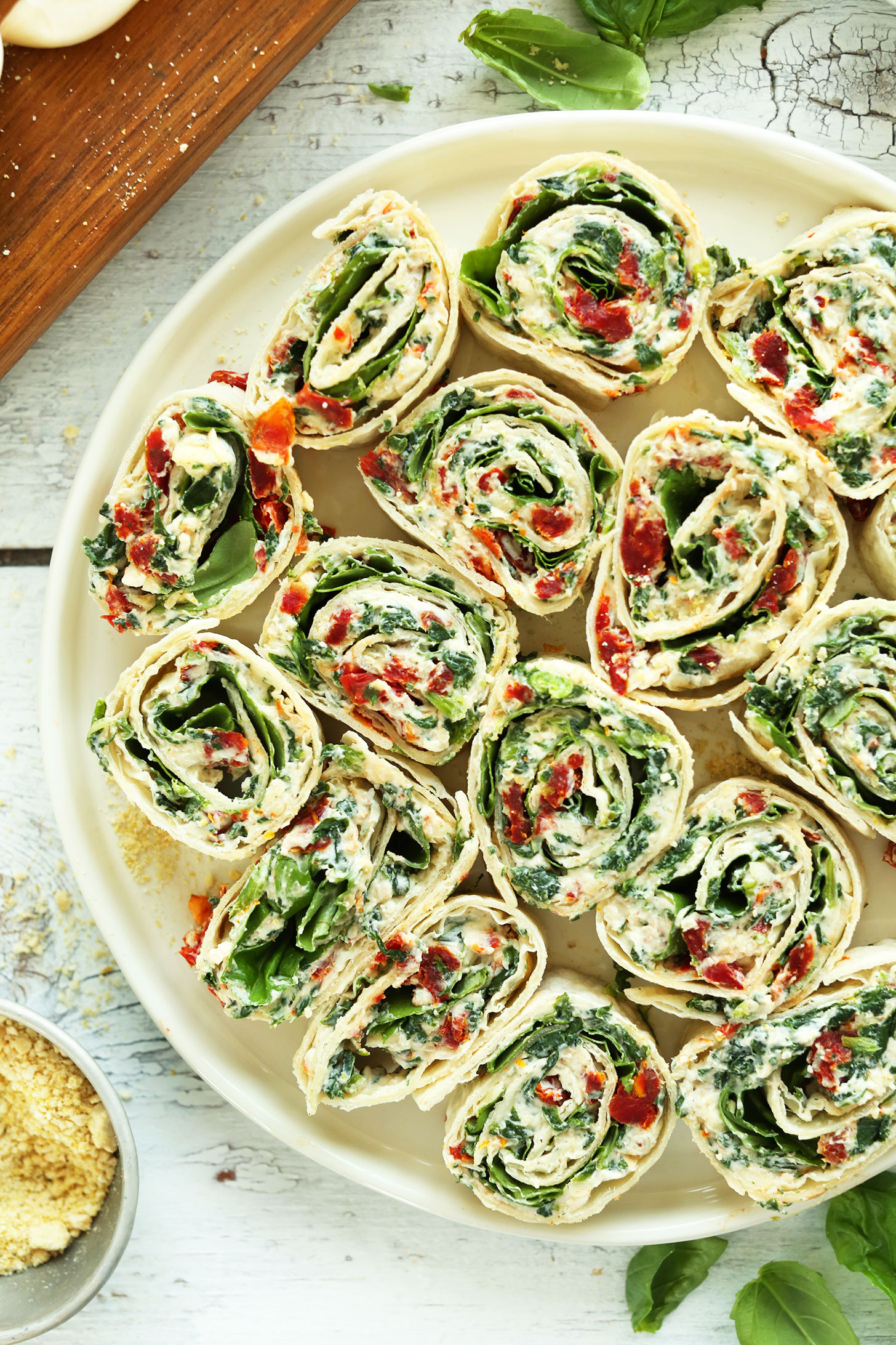 8 ингредиентов 15-минутные вяленые на солнце помидоры и вертушки базилика - легкая толпа, приятная летняя закуска или закуска по веганскому рецепту закуска