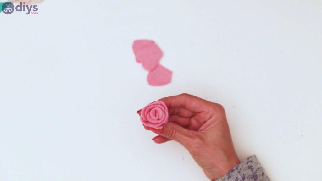 Felt flowers wall art steps (54)