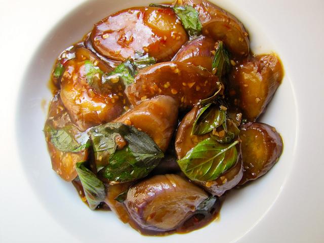 тушеные баклажаны готовое блюдо на тарелке