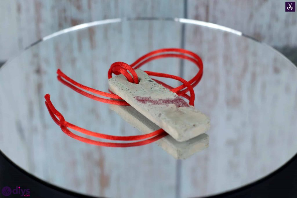 Diy concrete necklace with glitter