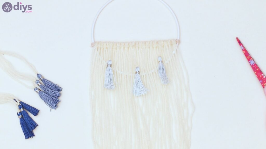 Hoop and yarn wall hanging steps (40)