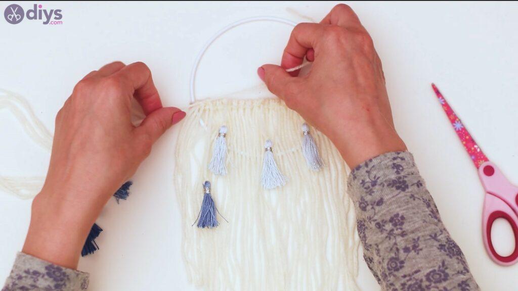 Hoop and yarn wall hanging steps (42)