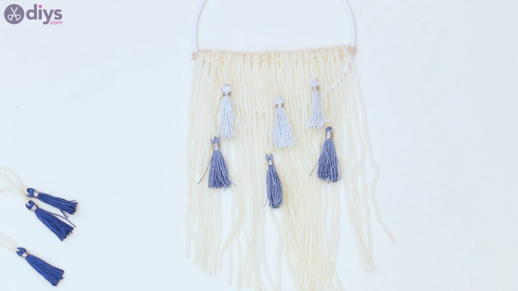 Hoop and yarn wall hanging steps (43)