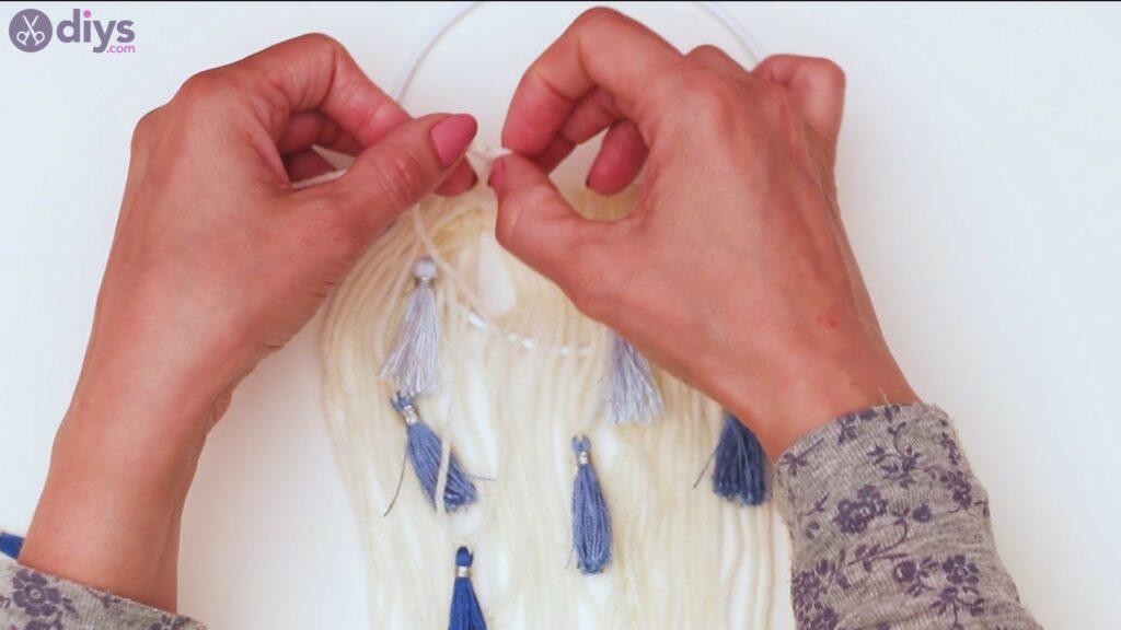 Hoop and yarn wall hanging steps (45)