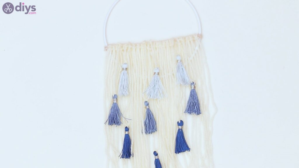 Hoop and yarn wall hanging steps (47)