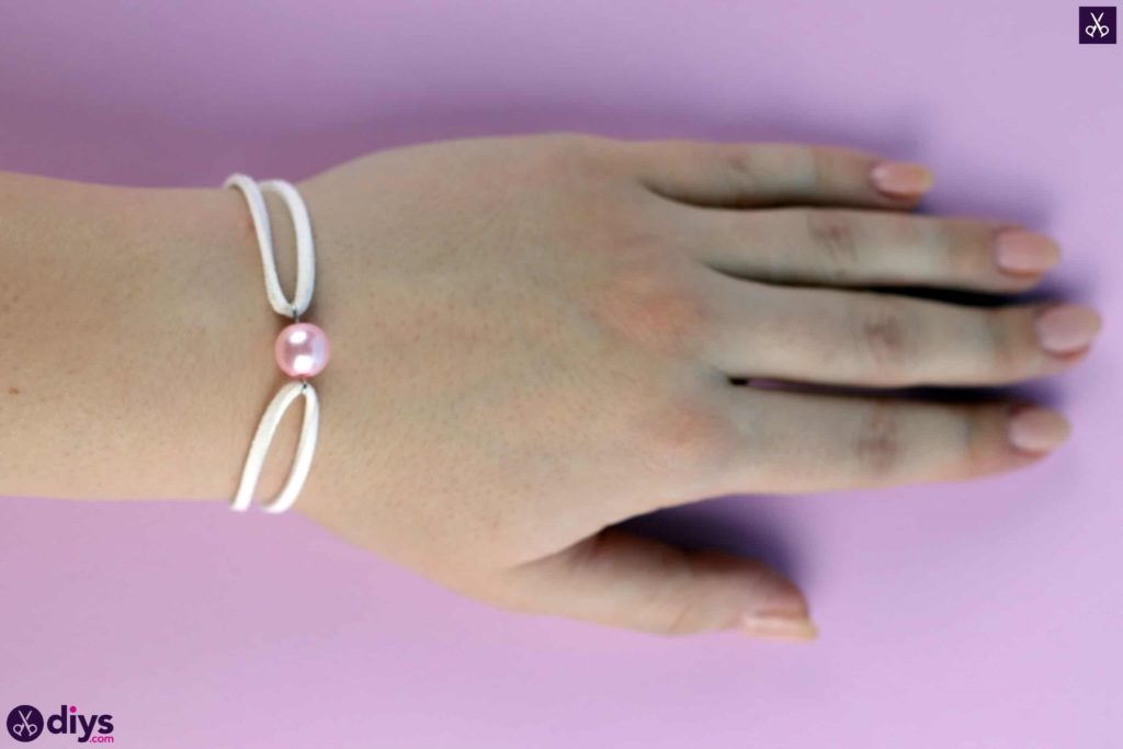 Leather bracelet with a pearl